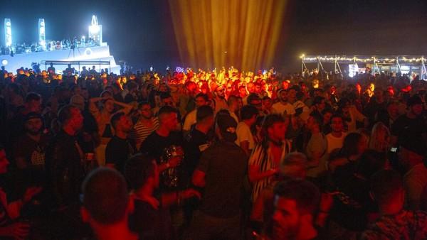 Ribuan warga Albania berpartisipasi di festival musik terbuka di Shengjin, Albania. AP Photo/Visar Kryeziu