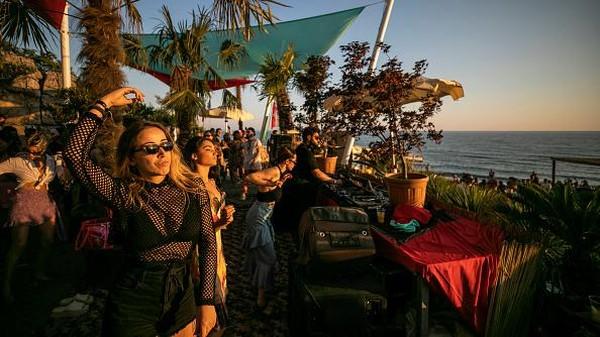Penyelenggara mengklaim bahwa semua orang di festival itu bebas dari COVID-19. Namun tidak ada bukti untuk membenarkan klaim tersebut. Getty Images/Ferdi Limani