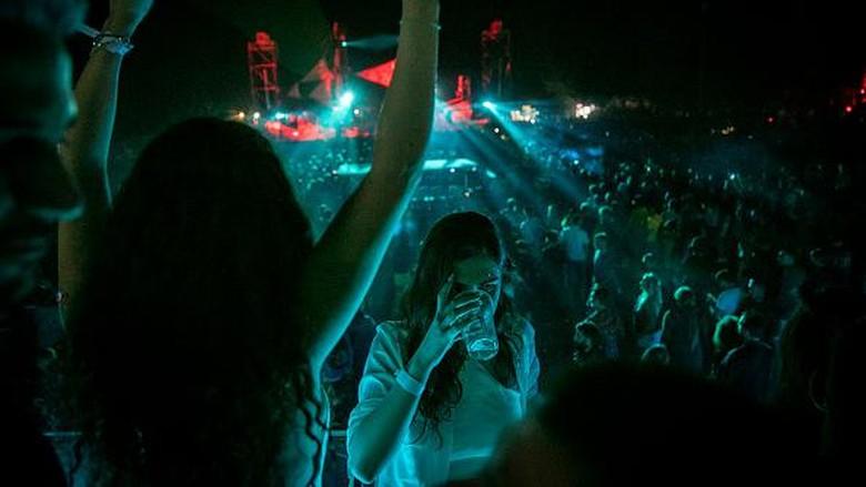 SHENGJIN, ALBANIA - JUNE 6: People dance during the Unum Festival at Rana e Hedhun beach on June 6, 2021 in Shengjin, Albania. International electronic musicians like Ben Klock and Sven Vath are attending the Unum Festival in Albania. (Photo by Ferdi Limani/Getty Images)
