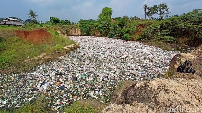 Bekas tambang di Cilegon, Banten, direklamasi menggunakan sampah (M Iqbal/detikcom)