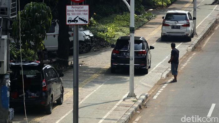 Trotoar yang berada dekat Halte Kayu Putih, Rawasari, Jakarta, Selasa (08/06/2021), dijaga oleh sejumlah petugas Suku Dinas Perhubungan DKI Jakarta.