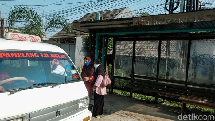 Kondisi halte di Kecamatan Pamulang, Tangerang Selatan, memprihatinkan. Halte tampak tidak terawat dan penuh vandalisme.