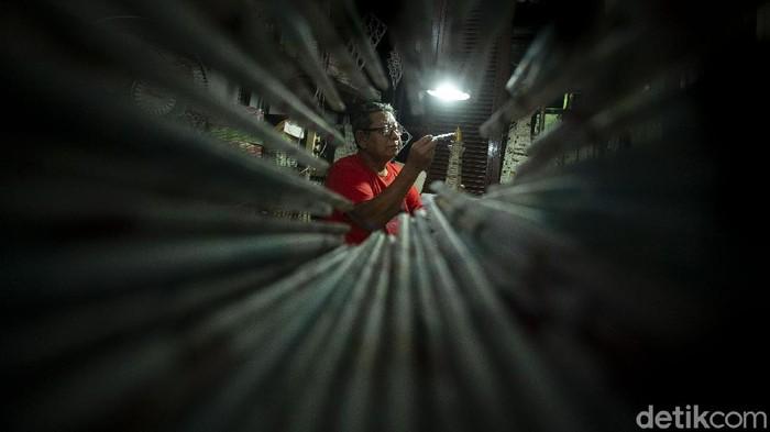 Sugito (68), warga Pesanggerahan, Jakarta Selatan, menggeluti usaha pembuatan miniatur Monas dari kertas. Yuk lihat proses pembuatannya.