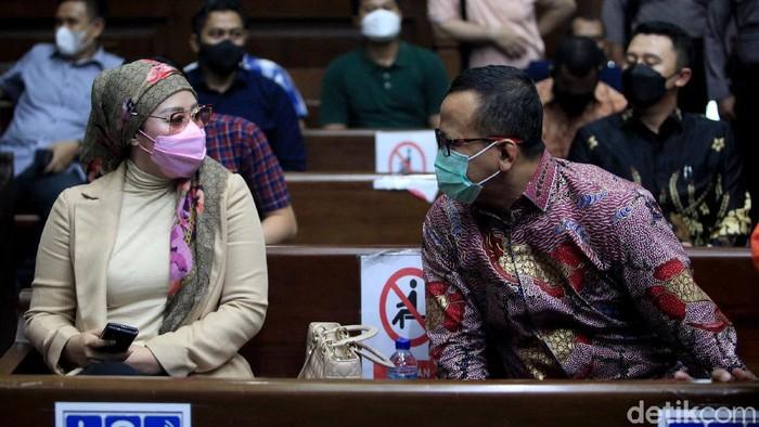 Eks Menteri Kelautan dan Perikanan, Edhy Prabowo jalani sidang lanjutan kasus suap ekspor benih lobster. Dalam sidang itu, Edhy Prabowo didampingi sang istri.