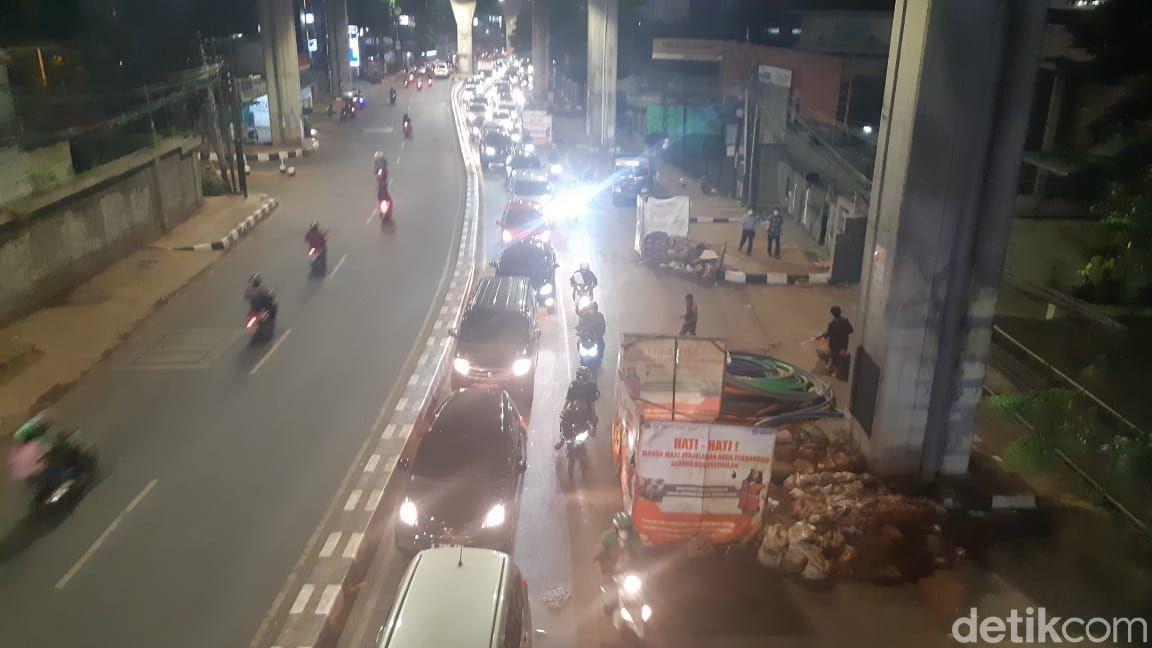 Jl Kapten P Tendean-Jl Wolter Monginsidi macet gegara galian manhole, 8 Juni 2021, 19.00 WIB. (Danu Damarjati/detikcom)
