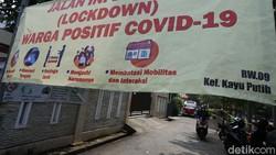 Micro lockdown diberlakukan di RT 11 Jalan Gereja, Kelurahan Kayu Putih, Jakarta, usai 22 warganya positif COVID-19. Pelacakan terus dilakukan dengan tes swab.