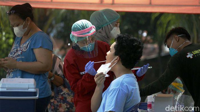 Micro lockdown diberlakukan di RT 11 Jalan Gereja, Kelurahan Kayu Putih, setelah 22 warganya positif COVID-19. Pelacakan riwayat terus dilakukan dengan tes swab.