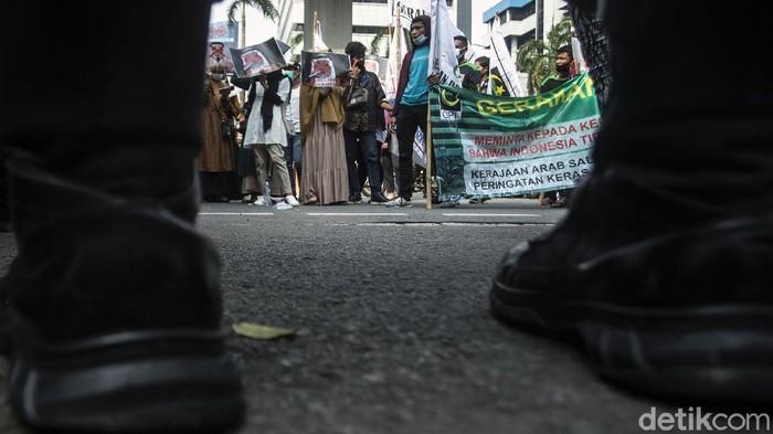 Kedubes Arab Saudi di Jakarta jadi sasaran aksi unjuk rasa warga usai pemerintah Indonesia umumkan tak berangkatkan jemaah Indonesia untuk ibadah haji 2021.