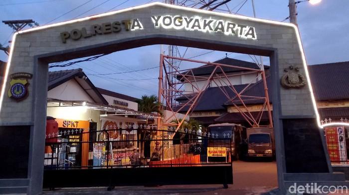 Kondisi markas Polresta Yogya berangsur normal setelah seorang pria bergolok yang sempat ngamuk di pintu gerbang Mapolresta Yogyakarta diamankan polisi.