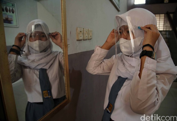 Sejumlah siswa mengikuti simulasi belajar tatap muka di SMAN 15, Sunter Agung, Jakarta Utara, Selasa (8/6). Simulasi ini digelar dengan protokol kesehatan ketat.