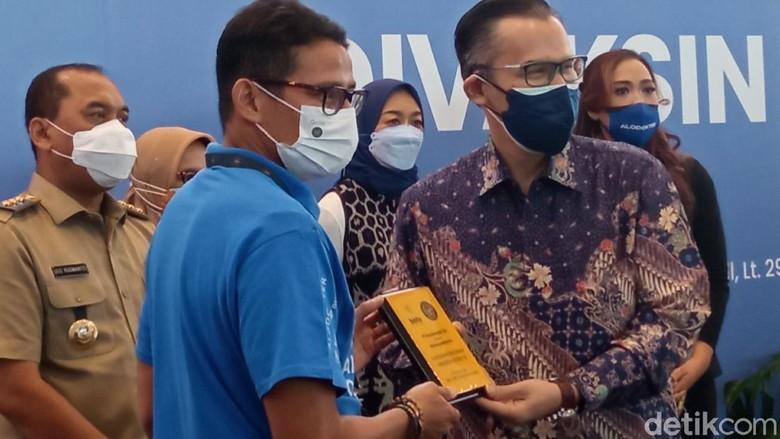 Menparekraf Sandiaga Uno, menerima vaksinasi tahap pertama.