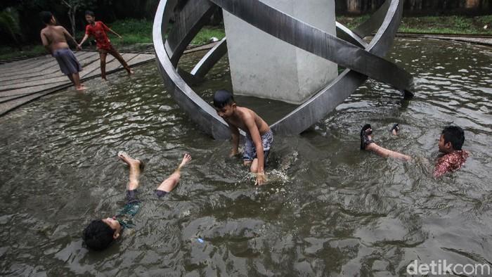 Semakin hari, anak-anak makin kesulitan lahan untuk bermain. Kolam di Tugu Situ Gintung, Ciputat, pun jadi tempat bermain.