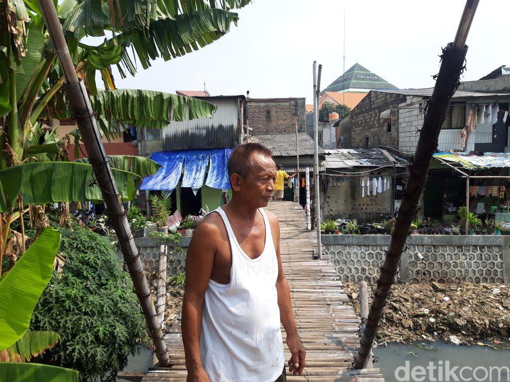 Nondol, warga Kampung Rawa di Kebon Jeruk, Jakarta Barat, di dekat jembatan bambu reyot. (Rakha AD/detikcom)