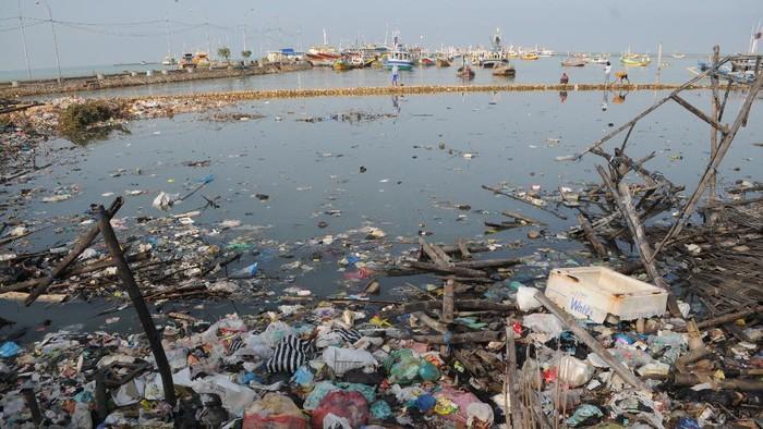 Suasana pantai yang penuh dengan sampah rumah tangga di Desa Branta Pesisir, Pamekasan, Jawa Timur, Selasa (8/6/2021). Tanggal 8 Juni merupakan peringatan Hari Laut Sedunia atau 'World Ocean Day' dengan slogan 'Laut bukan tempat sampah' dan 'Bijak mengelola laut'. ANTARA FOTO/Saiful Bahri/wsj.