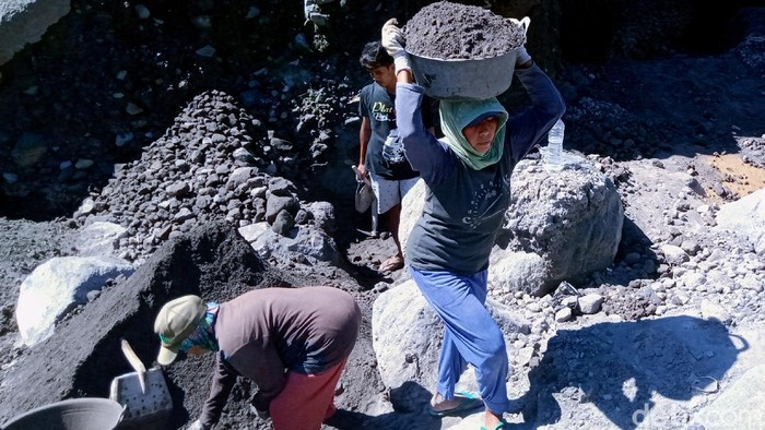 Alur Sungai Woro di lereng Gunung Merapi masih jadi lokasi andalan penambang pasir di Klaten. Meski rentan risiko erupsi, mereka tak gentar kumpulkan rezeki.