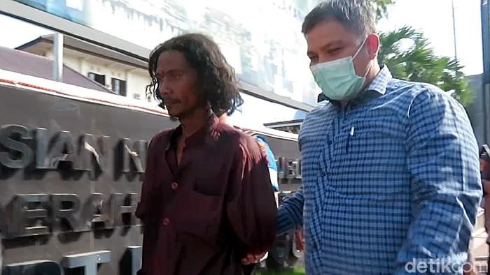 Seorang pria bergolok yang serang Mapolresta Yogyakarta diamankan polisi. Ia diamankan usai memukulkan golok ke pagar besi hingga memaki-maki polisi.