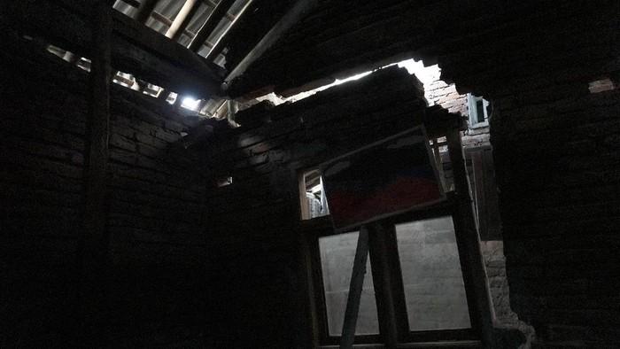 Warga menyiapkan dapur umum bagi pengungsi korban bencana tanah bergerak di Desa Karanggintung, Gandrungmangu, Cilacap, Jateng, Senin (7/6/2021).   Sebanyak 81 jiwa mengungsi akibat bencana tanah bergerak yang merusak rumah mereka, sehingga membahayakan apabila terus ditinggali karena pergerakan tanah masih terus terjadi. ANTARA FOTO/Idhad Zakaria/rwa.