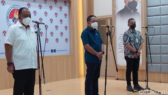 Ketua Umum KONI Pusat Marciano Norman, Menpora Zainudin Amali, Direktorat Kesehatan Kerja dan Olahraga Kementerian Kesehatan, Harry Papilaya, di Kantor Kemenpora, Selasa (8/6/2021). Mereka membahas PON Papua