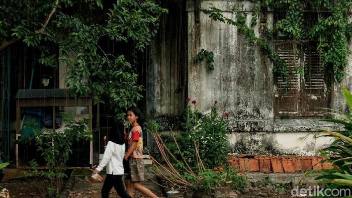 Di salah satu sudut Kota Tangerang Selatan, terdapat rumah tua yang didirikan di zaman Belanda. Bangunan itu terkenal dengan nama Rumah Belanda 1891 Cilenggang.