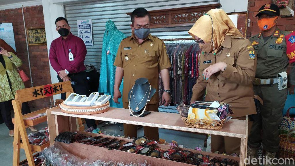 Ragam Produk UMKM Mejeng di Alun-alun Kejaksan Cirebon