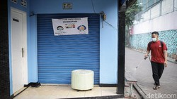 Sebuah RW di Kota Tangerang lockdown usai puluhan warga terinfeksi virus Corona. Akses keluar masuk lingkungan RW itu pun dijaga ketat Satgas COVID-19.