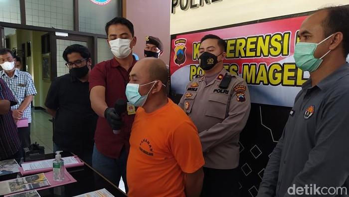 Satpam berinisial BD (40) nekat mencuri besi tree grate proyek pariwisata Borobudur berdalih demi biaya sekolah anak. Tersangka saat dihadirkan di Mapolres Magelang, Selasa (8/6/2021).