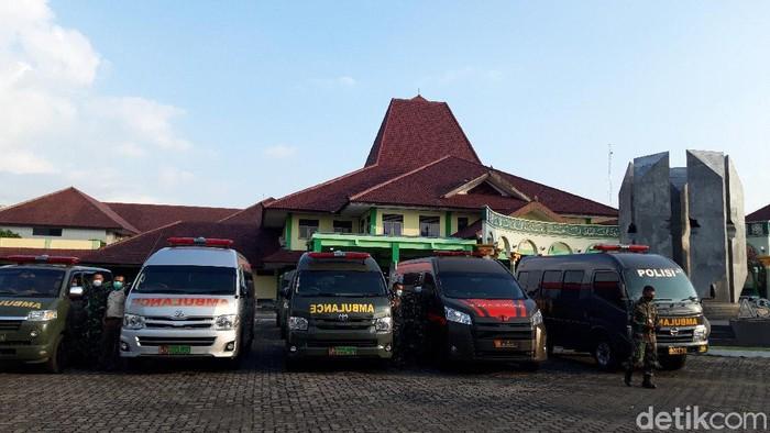 Sejumlah ambulans bersiap di Asrama Haji Donohudan, Boyolali, Selasa (8/6/2021).