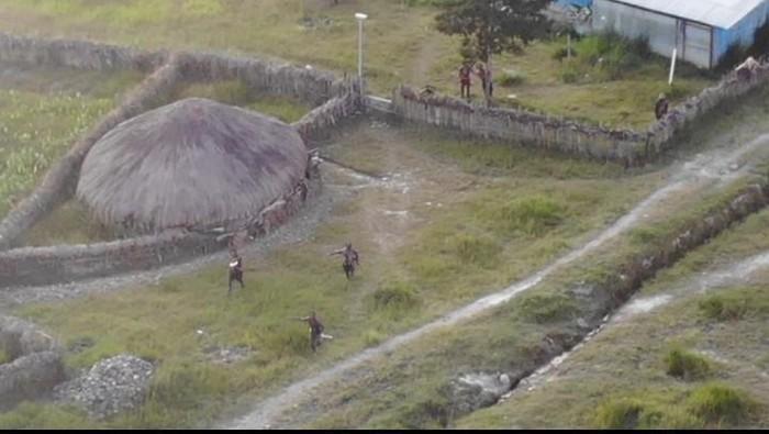 Sejumlah KKB berlindung di sekitar honai saat kontak tembak dengan TNI-Polri di Ilaga, Papua