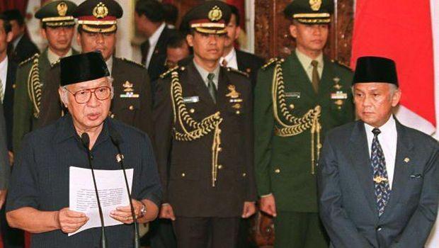 Soeharto saat menyampaikan pidato pengunduran diri pada 1998 usai Indonesia dihantam krisis dan banyak tuntutan reformasi dari masyarakat.