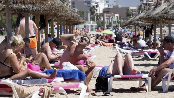 Bagi wisatawan dari Eropa yang belum divaksinasi bisa masuk ke Spanyol hanya dengan tes antigen. AP Photo/Francisco Ubilla