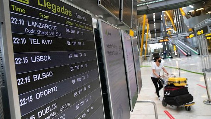 MADRID, SPAIN - JUNE 07: A tourist poses for a picture at Puerta de Alcala on June 07, 2021 in Madrid, Spain. Spain, the worlds second most visited tourism destination, has re-opened borders to vaccinated visitors worldwide as well as non-vaccinated Europeans with a negative antigen test. (Photo by Pablo Blazquez Dominguez/Getty Images)