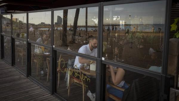 Di seluruh negeri, dari Costa del Sol hingga Kepulauan Canary, hotel dan restoran dibuka kembali setelah berbulan-bulan ditutup, dan maskapai penerbangan telah memulai kembali rute yang dihentikan selama puncak pandemi. AP Photo/Emilio Morenatti