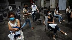 Thailand memulai vaksinasi massal menggunakan vaksin AstraZeneca yang diproduksi lokal. Pemerintah menargetkan vaksinasi 70% penduduk negara itu tahun ini.