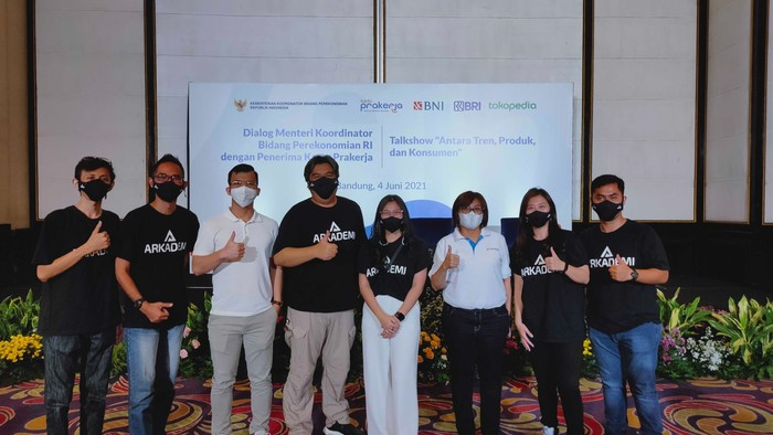 Tim Arkademi bersama Direktur Eksekutif  PMO Kartu Prakerja Denni Puspa Purbasari dan Direktur Operasi Kartu Prakerja Hengki Sihombing.