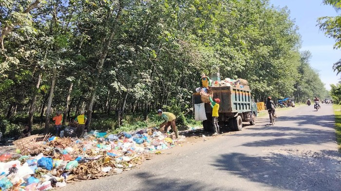 Tumpukan sampah di jalanan Asahan (Perdana-detikcom)
