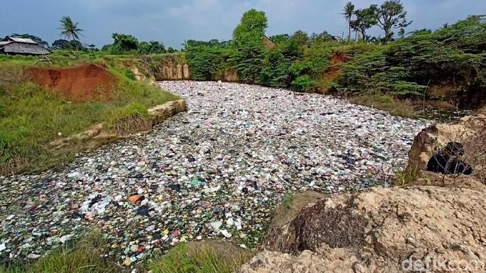 Lubang bekas tambang di Cilegon, Banten, dipenuhi sampah. Sampah diduga berasal dari mobil pikap yang biasa mengangkut sampah warga.