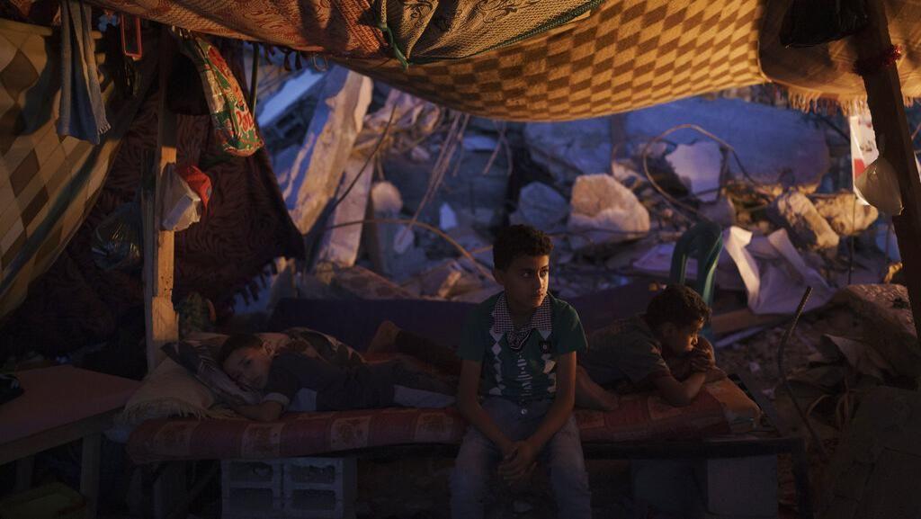 Potret Warga Gaza Bertahan Hidup di Tengah Puing-puing Bangunan