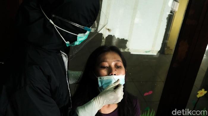 Tenaga kesehatan melakukan tes swab antigen kepada warga di Gg Bahagia, Kel Gerendeng, Kec Karawaci, Tangerang. Upaya ini sebagai tracing atau pelacakan untuk menekan penyebaran COVID-19.