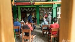 Tenaga kesehatan melakukan tes swab antigen kepada warga di Gg Bahagia, Kel Gerendeng, Kec Karawaci, Tangerang. Upaya ini untuk menekan penyebaran COVID-19.