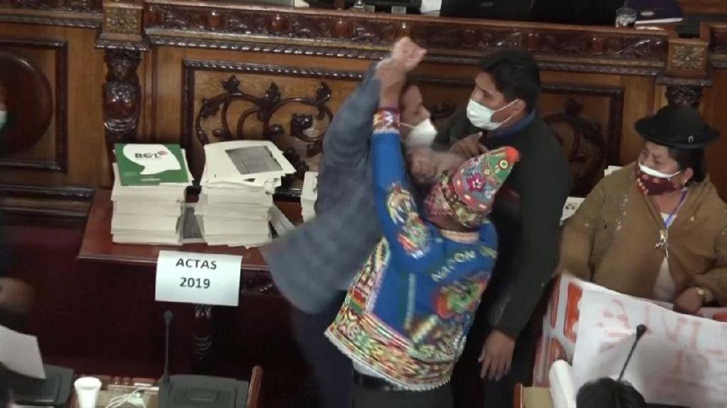 Adu Jotos Anggota Parlemen Bolivia di Kongres