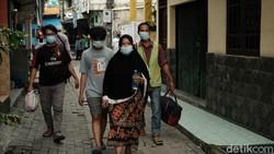 Terdapat pasien COVID-19 di RW 11 Kelurahan Gerendeng, Karawaci, yang dievakuasi ke fasilitas isolasi dan rumah sakit. Ambulans dengan sigap meluncur.