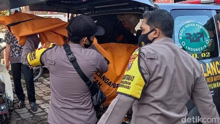 Mayat perempuan tua ditemukan warga Kecamatan Kota Banyuwangi, saat hujan deras mengguyur. Mayat itu ditemukan hanyut dan tersangkut di selokan yang berada di Kelurahan Tamanbaru.
