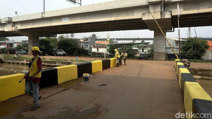 Sejumlah petugas tengah melakukan perawatan dan pemeliharaan jembatan Cipinang Melayu, Jakarta Timur, Rabu (09/06/2021).
