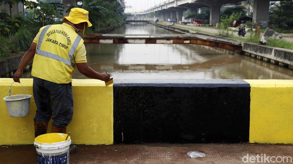Biar Nggak Kusam! Jembatan di Cipinang Melayu Dicat Ulang