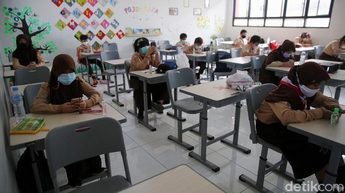 Siswa Siswi sekolah dasar kelas 5 menjalani ujian Penilaian Akhir Tahun secara tatap muka dengan mengunakan gawai di Sekolah Dasar Negeri 07 Pagi Malaka Jaya, Jakarta Timur, Rabu (9/6/2021).