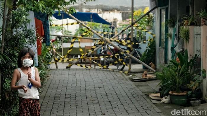 Gang Bahagia di Kelurahan Gerendeng, Karawaci, Tangerang, dilockdown imbas puluhan warga positif COVID-19. Garis Satpol PP dipasang di akses keluar masuk gang.