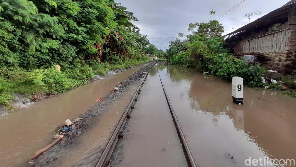 Genangan Air Sempat Ganggu Jalur KA di Banyuwangi