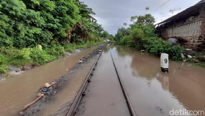 Banjir tak hanya menggenangi Kota Banyuwangi. Jalur kereta api (KA) menuju Kota Banyuwangi juga tergenang.