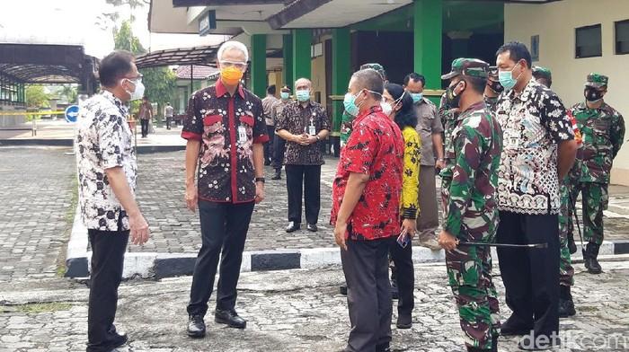 Gubernur Jateng Ganjar Pranowo di lokasi isolasi terpusat pasien Corona asal Kudus di Asrama Haji Donohudan, Boyolali, Rabu (9/6/2021).