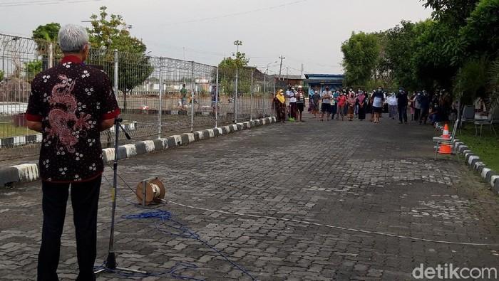 Gubernur Jateng Ganjar Pranowo menyapa pasien Corona asal Solo Raya yang menjalani isolasi di Asrama Haji Donohudan, Boyolali, Rabu (9/6/2021).